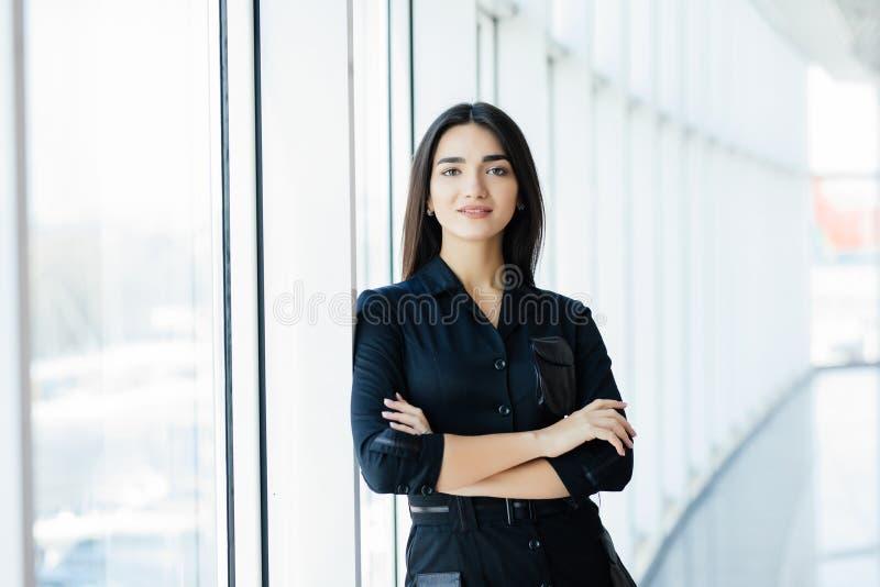 Retrato da mulher de negócio bonita nova no escritório fotografia de stock