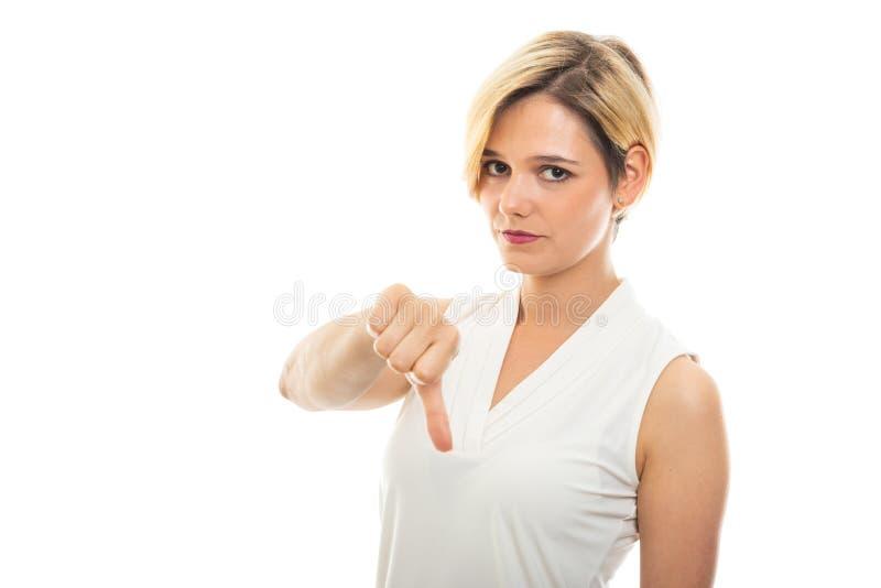 Retrato da mulher de negócio bonita nova que mostra o polegar para baixo fotografia de stock royalty free