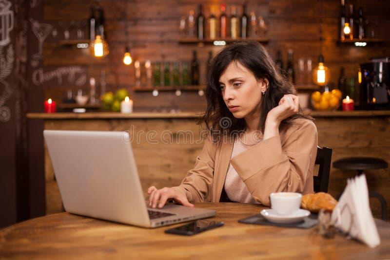 Retrato da mulher de negócio bonita que concentranting em seu trabalho em uma cafetaria fotos de stock