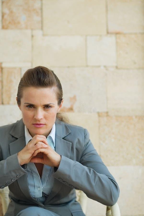 Retrato da mulher de negócio confiável fotografia de stock