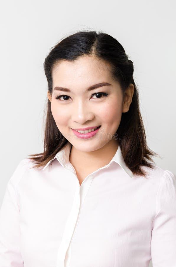Retrato da mulher de negócio de sorriso, isolado no fundo branco foto de stock royalty free