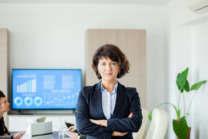 Retrato da mulher de negócio em seu escritório para negócios fotos de stock