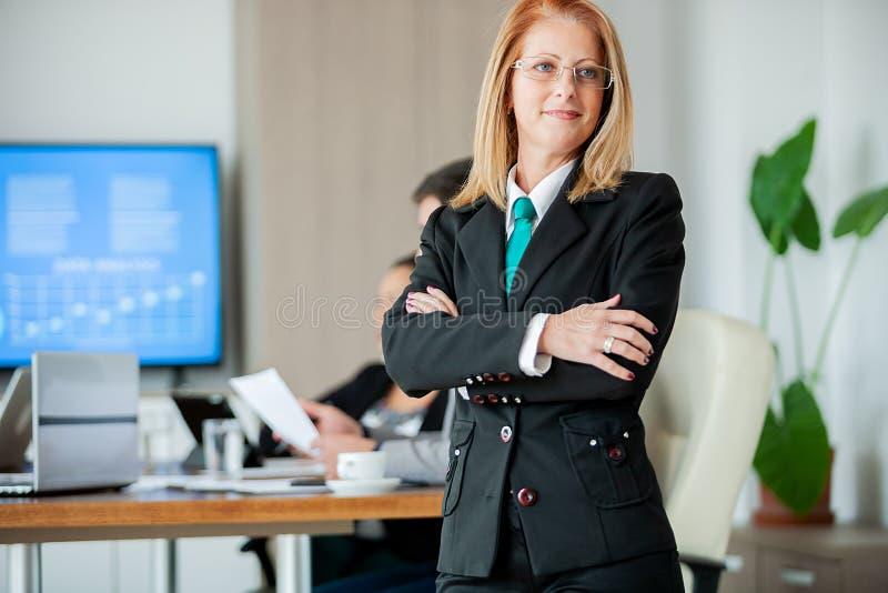 Retrato da mulher de negócio em seu escritório para negócios foto de stock royalty free
