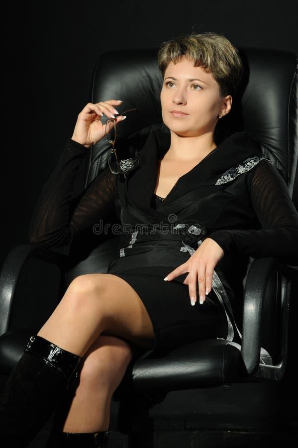 Retrato da mulher de negócio em um armcha de couro imagem de stock royalty free
