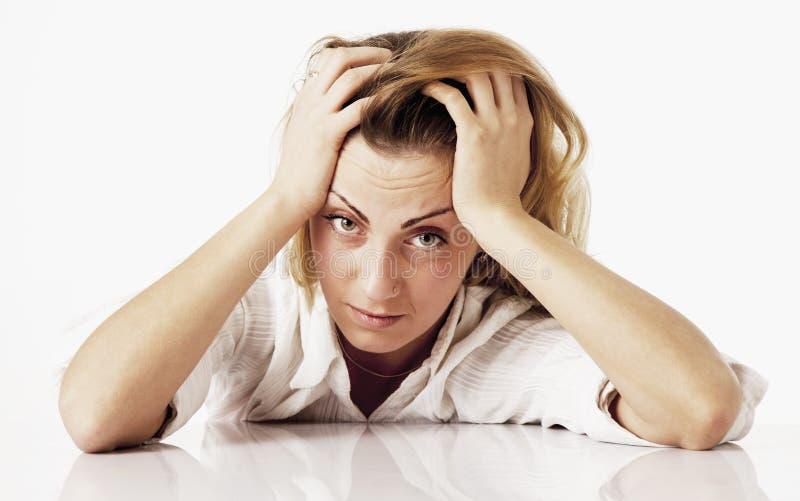Retrato da mulher de negócio esgotada e cansado no escritório De fotografia de stock royalty free