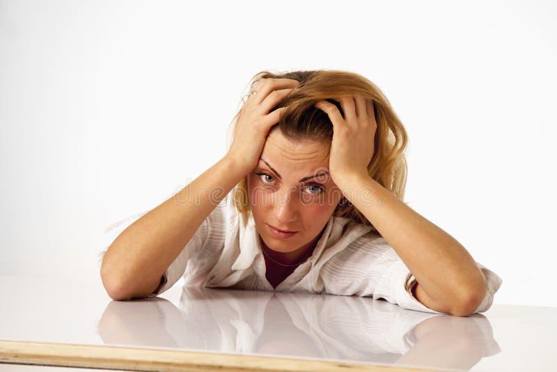 Retrato da mulher de negócio esgotada e cansado no escritório De foto de stock