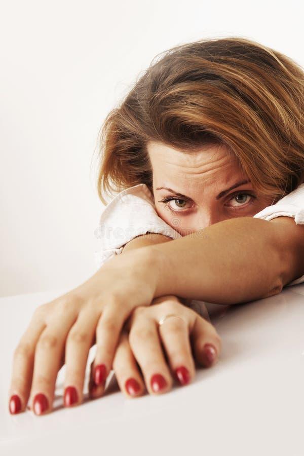 Retrato da mulher de negócio esgotada e cansado no escritório De fotos de stock royalty free