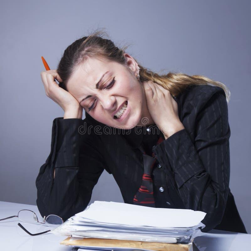 Retrato da mulher de negócio esgotada e cansado no escritório De imagem de stock royalty free