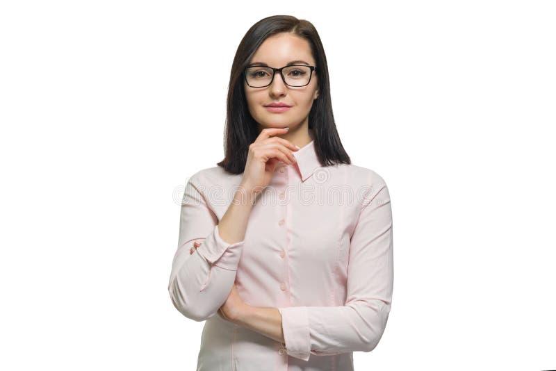 Retrato da mulher de negócio moreno nova com fim cor-de-rosa da camisa dos vidros acima no fundo isolado branco imagem de stock royalty free