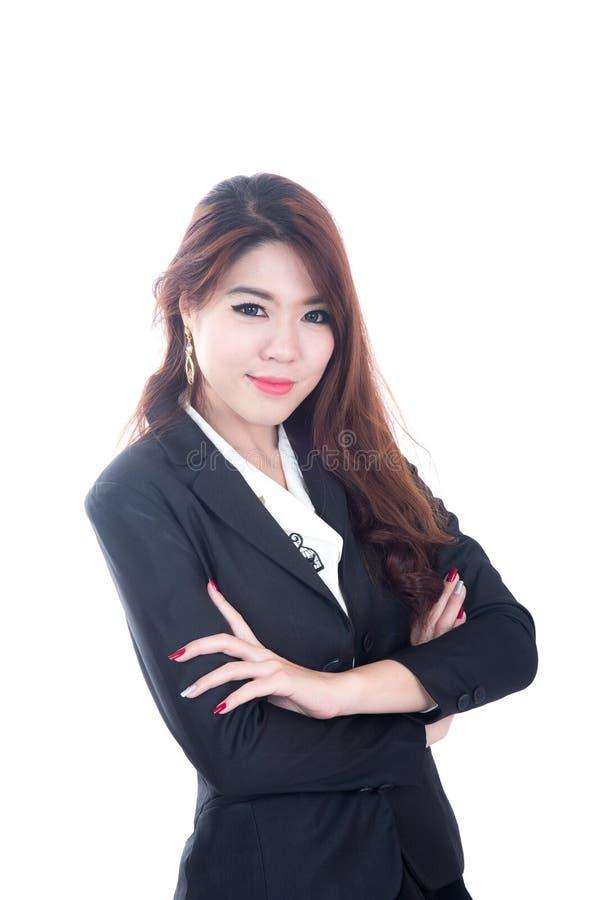 Retrato da mulher de negócio nova feliz, braços cruzados foto de stock