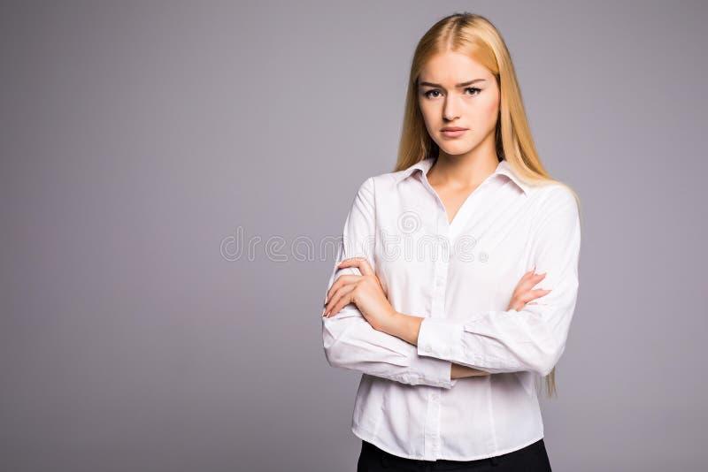 Retrato da mulher de negócio nova maravilhosa no fundo cinzento imagem de stock royalty free