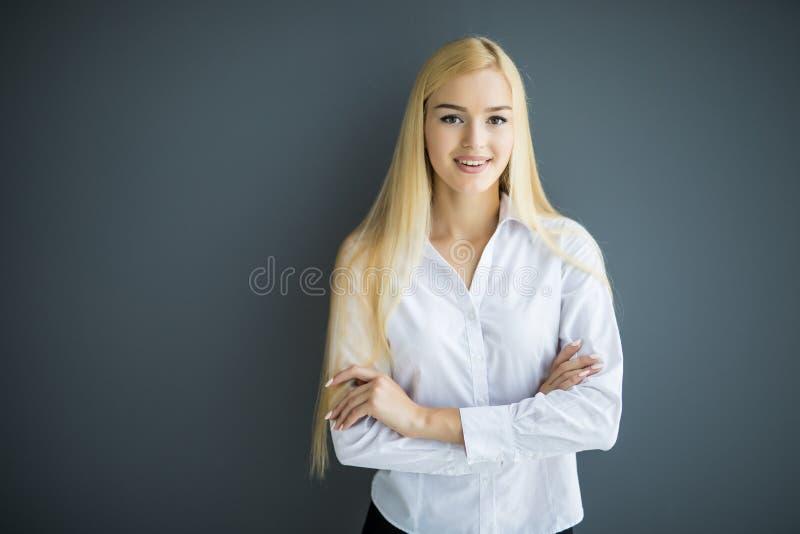 Retrato da mulher de negócio nova maravilhosa no fundo cinzento fotos de stock royalty free