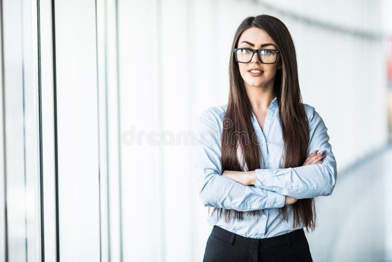 Retrato da mulher de negócio nova na roupa formal no escritório imagem de stock