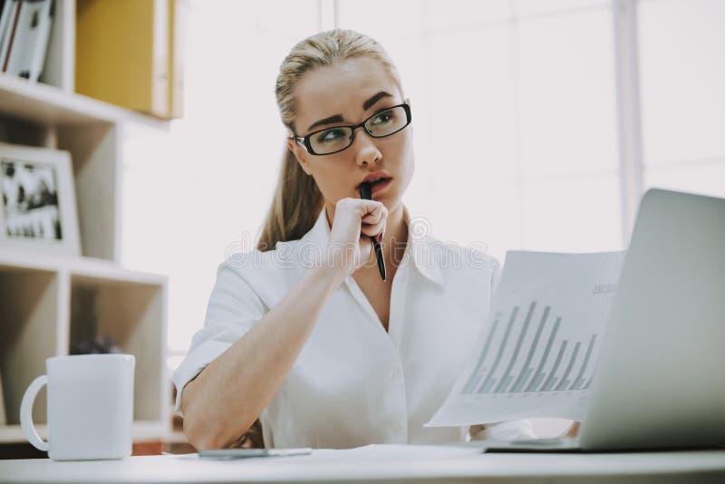 Retrato da mulher de negócio nova que trabalha no escritório foto de stock royalty free