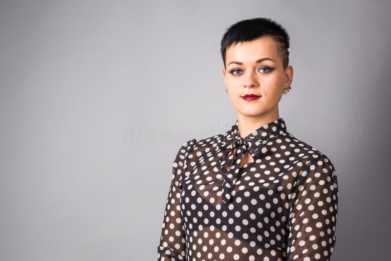 Retrato da mulher de negócio ou do profissional criativo Fundo cinzento, com espaço da cópia foto de stock