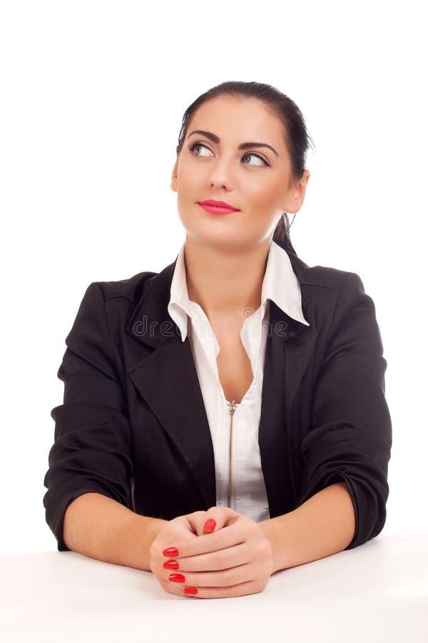 Retrato da mulher de negócio que senta-se em sua mesa foto de stock royalty free