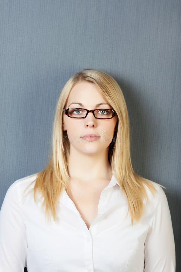 Retrato da mulher de negócio segura fotografia de stock royalty free