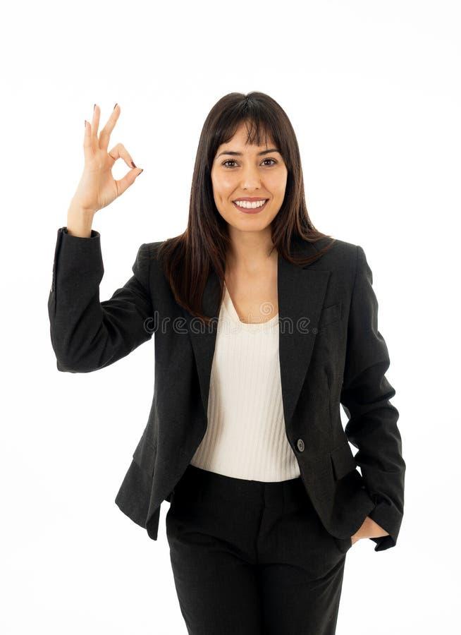 Retrato da mulher de negócio de sorriso bonita nova que faz todo o sinal APROVADO isolado no fundo branco imagens de stock