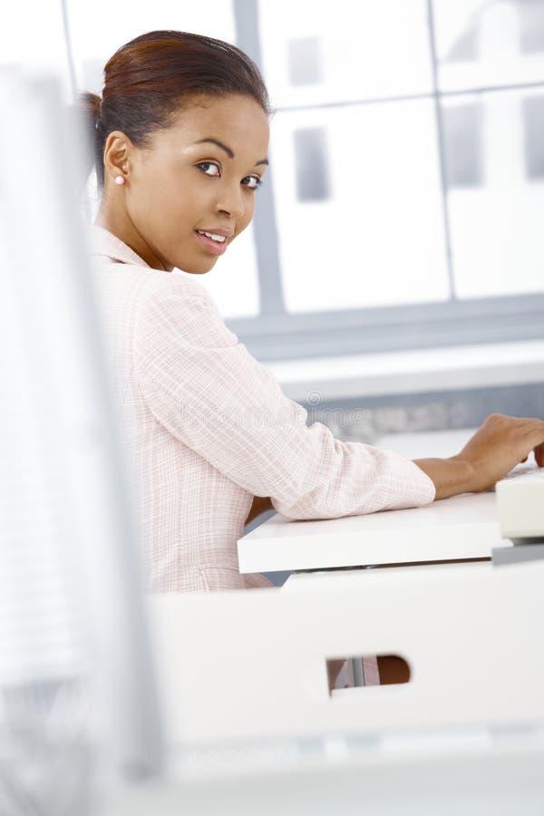 Retrato da mulher de negócios étnica na mesa fotografia de stock royalty free