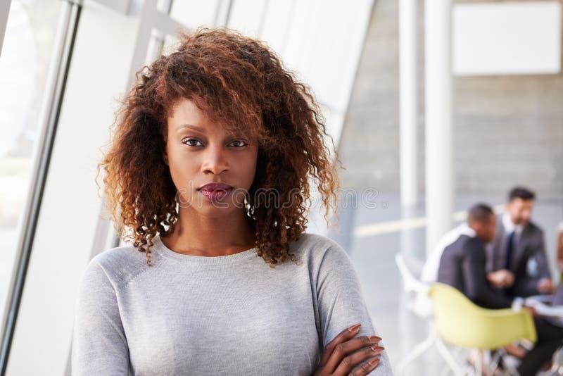 Retrato da mulher de negócios afro-americano In Modern Office imagens de stock