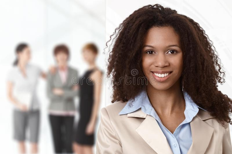 Retrato da mulher de negócios afro no escritório fotos de stock royalty free