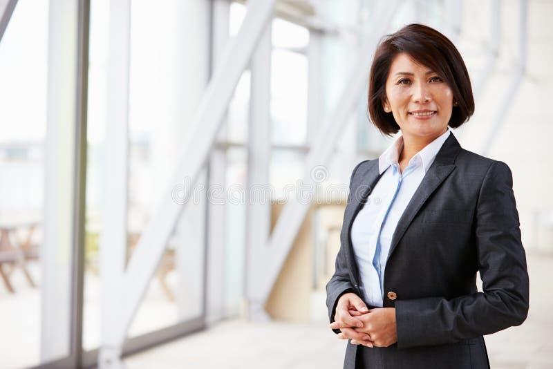 Retrato da mulher de negócios asiática de sorriso, estando fotografia de stock