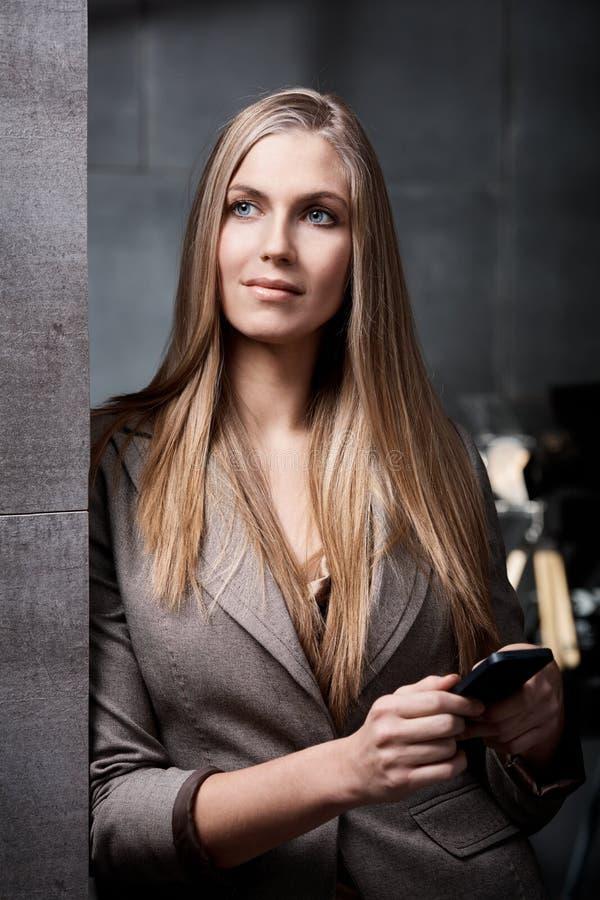 Retrato da mulher de negócios atrativa foto de stock