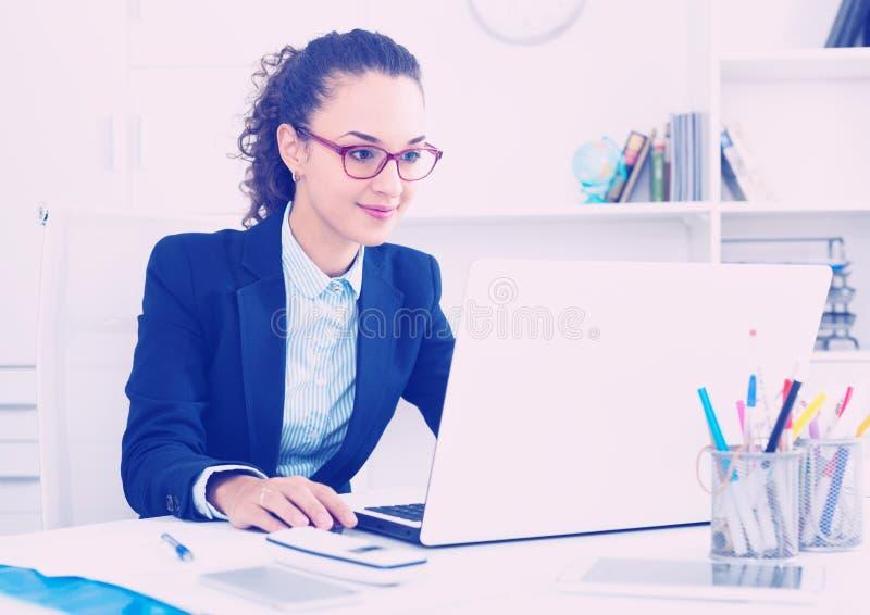 Retrato da mulher de negócios bem sucedida no escritório imagem de stock