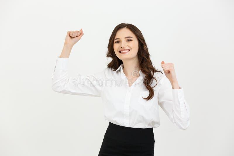 Retrato da mulher de negócios caucasiano nova feliz que ganha e que mostra a mão no ar isolado sobre o branco imagem de stock royalty free