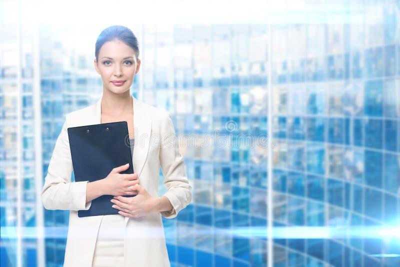 Retrato da mulher de negócios com dobrador imagens de stock