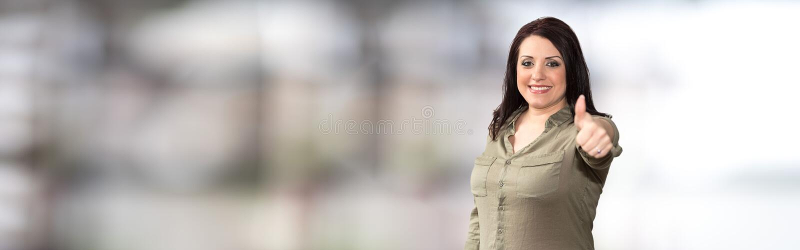 Retrato da mulher de negócios com polegar acima imagem de stock royalty free