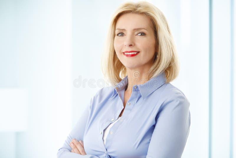 Retrato da mulher de negócios da Idade Média fotos de stock
