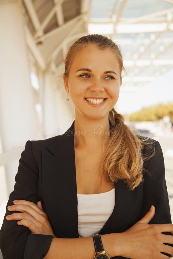 Retrato da mulher de negócios de sorriso feliz nova foto de stock royalty free
