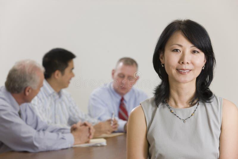 Retrato da mulher de negócios e da sua equipe. foto de stock