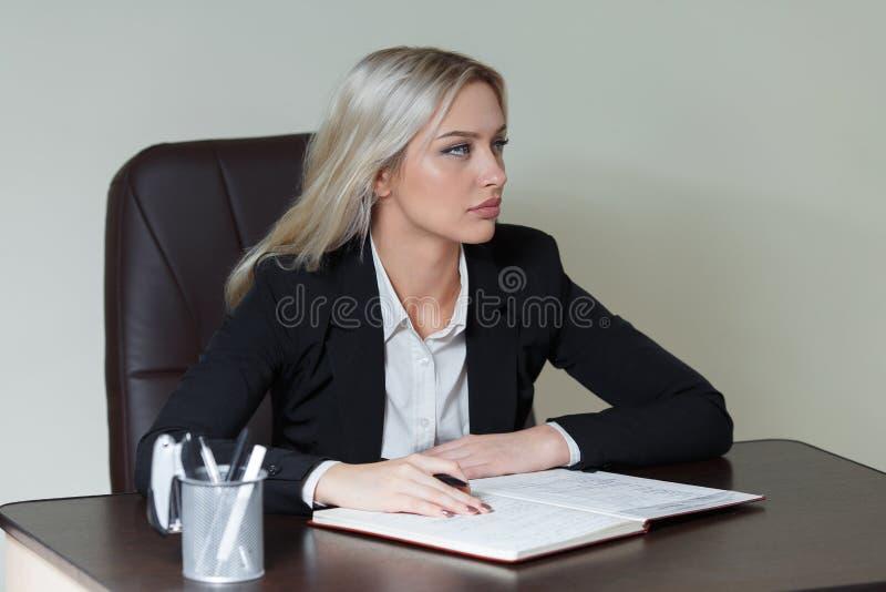 Retrato da mulher de negócios elegante no terno fotografia de stock royalty free