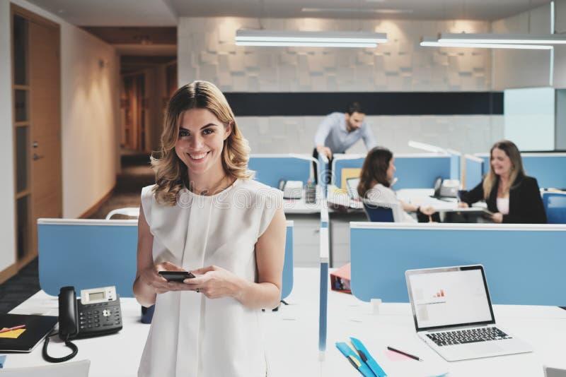 Retrato da mulher de negócios feliz Business Woman Smiling em escritórios de Coworking imagem de stock