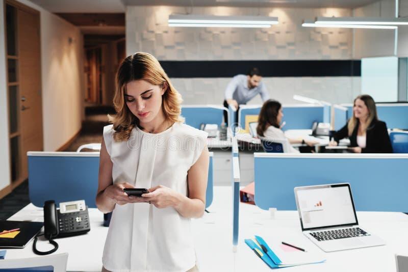 Retrato da mulher de negócios feliz Business Woman Smiling em escritórios de Coworking imagens de stock