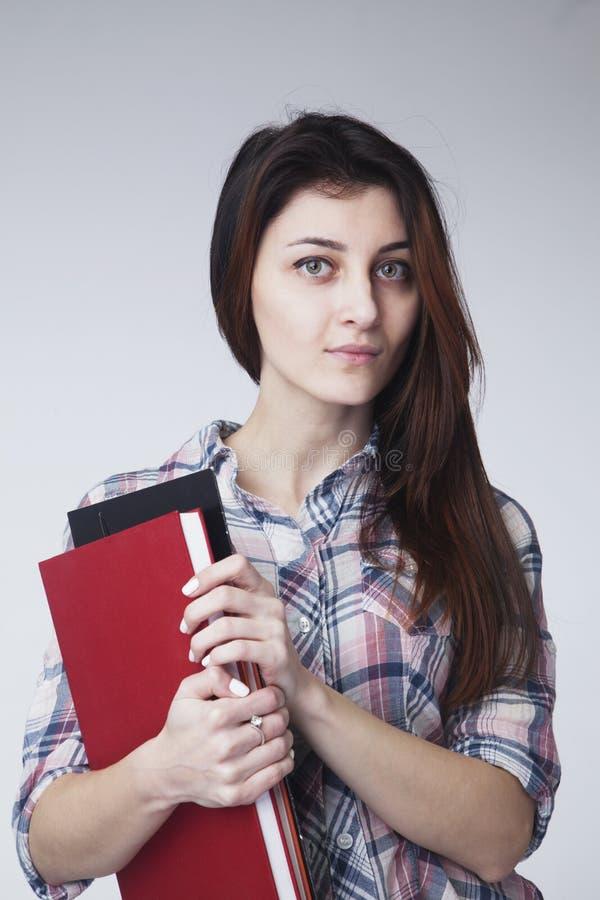 Retrato da mulher de negócios feliz nova com originais e livros mim imagem de stock royalty free