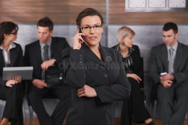 mulher de negócios do Meados de-adulto no telefone fotos de stock royalty free