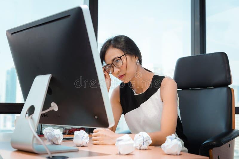 Retrato da mulher de negócios Having Exhausted Tired e da dor de cabeça ao trabalhar em seu escritório Negócio financeiro e cuida fotos de stock royalty free