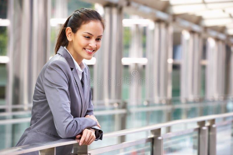 Retrato da mulher de negócios latino-americano fora do escritório imagem de stock royalty free