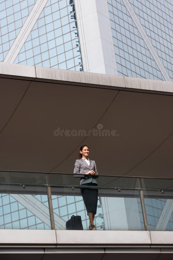 Retrato da mulher de negócios latino-americano fora do escritório foto de stock royalty free
