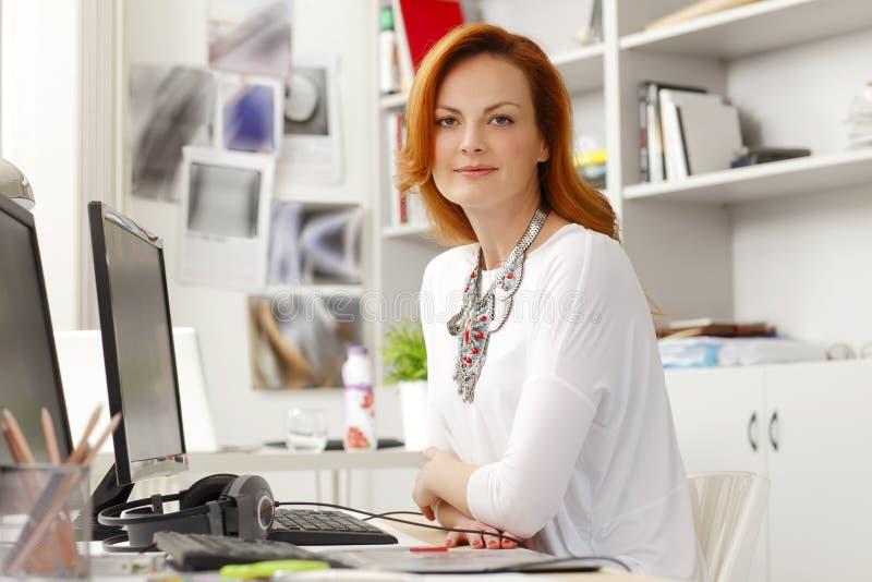 Retrato da mulher de negócios moderna bonita
