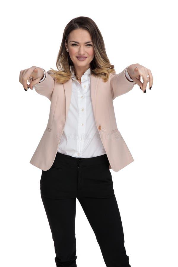 Retrato da mulher de negócios no terno cor-de-rosa que aponta os dedos foto de stock royalty free