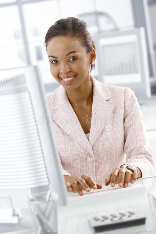 Retrato da mulher de negócios no trabalho imagem de stock royalty free