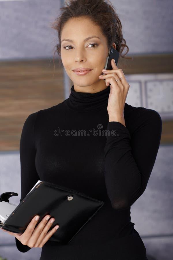 Retrato da mulher de negócios nova bonita no trabalho imagens de stock royalty free