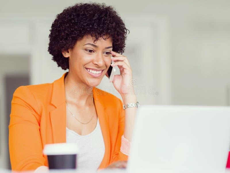 Retrato da mulher de negócios nova com móbil foto de stock