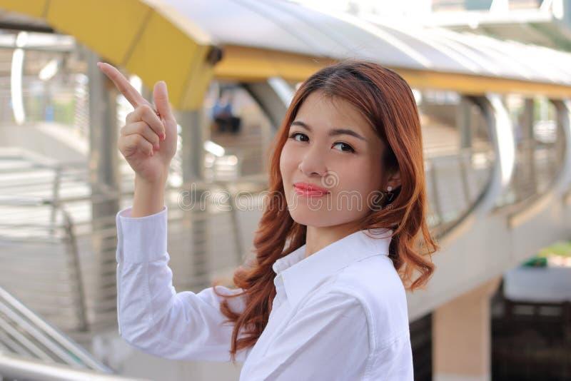 Retrato da mulher de negócios nova elegante que olha segura no fundo da cidade Conceito bem sucedido do negócio foto de stock