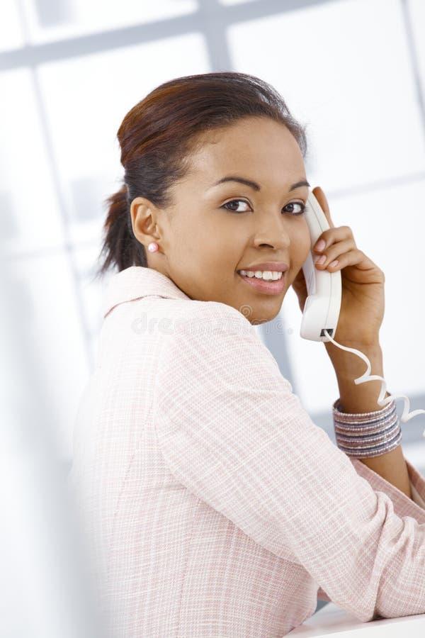 Retrato da mulher de negócios nova no atendimento imagens de stock