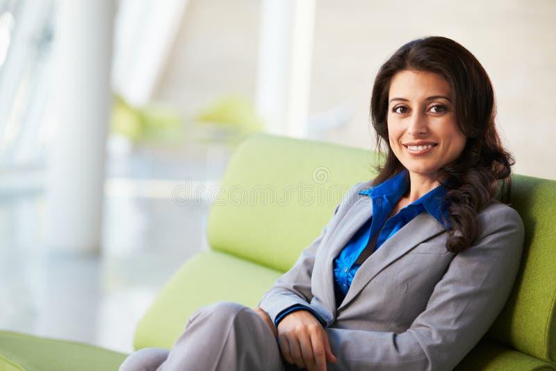 Retrato Da Mulher De Negócios Que Senta-se No Sofá Fotografia de Stock Royalty Free